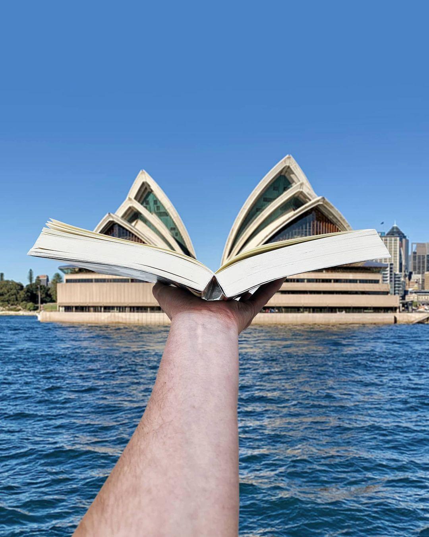 Nhà hát Sydney, hay nhà hát vỏ sò là một trong những biểu tượng du lịch của Australia. Nơi đây nằm trên khu vực Bennelong, trước là pháo đài được đặt theo tên thống đốc Macquaries. Hugo check-in địa điểm quen thuộc này cùng với một quyển sách, khiến vỏ sò giống những trang sách đang được mở ra.