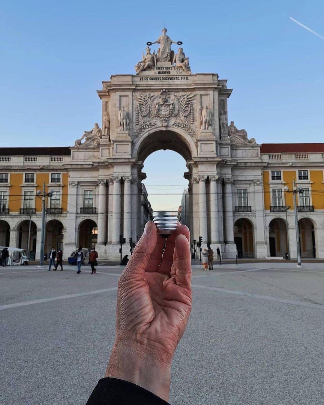 Praca do Comercio là quảng trường tráng lệ nhất tại Lisbon, Bồ Đào Nha. Ba mặt của quảng trường được bao quanh bởi các toà nhà màu vàng theo phong cách kiến trúc Pombaline, mặt phía nam hướng ra cửa sông Tejo. Từ đây là Khải hoàn môn Rua Augusta, dẫn vào trung tâm thành phố. Hugo đã biến cánh cổng thành một bóng đèn dây tóc.