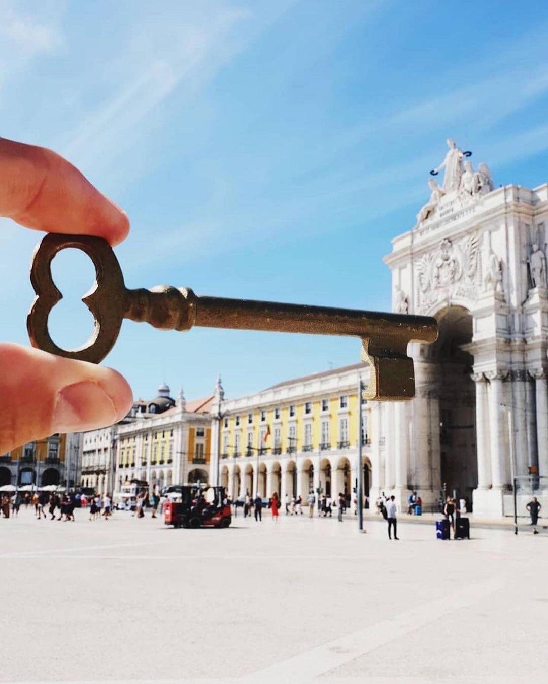 Cũng địa điểm này, Hugo tạo hiệu ứng thị giác biến nó thành ổ khoá khi chụp cùng một chiếc chìa khoá cổ. Trước đây, vào thế kỷ 18, các thuyền trưởng và thương nhân sẽ lên kế hoạch tại đây cho những chuyến đi biển đầy hiểm nguy đến Brazil, Ấn Độ, Đông Nam Á và sau đó trao đổi hàng hoá sau khi trở về. Bởi điều này, Praca do Comercio được xây dựng như một cổng chào biểu tượng vào Lisbon.