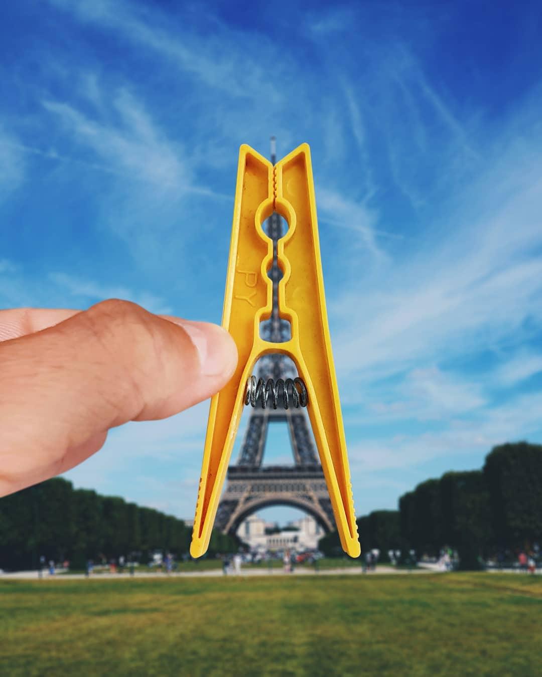 Tháp Eiffel tại Paris, Pháp được liên tưởng với chiếc kẹp quần áo. Đây là công trình biểu tượng du lịch của kinh đô ánh sáng. Toà tháp cao 300 m, từng là công trình cao nhất thế giới cho đến khi bị toà nhà Chrysler tại New York soán ngôi vào 1929.