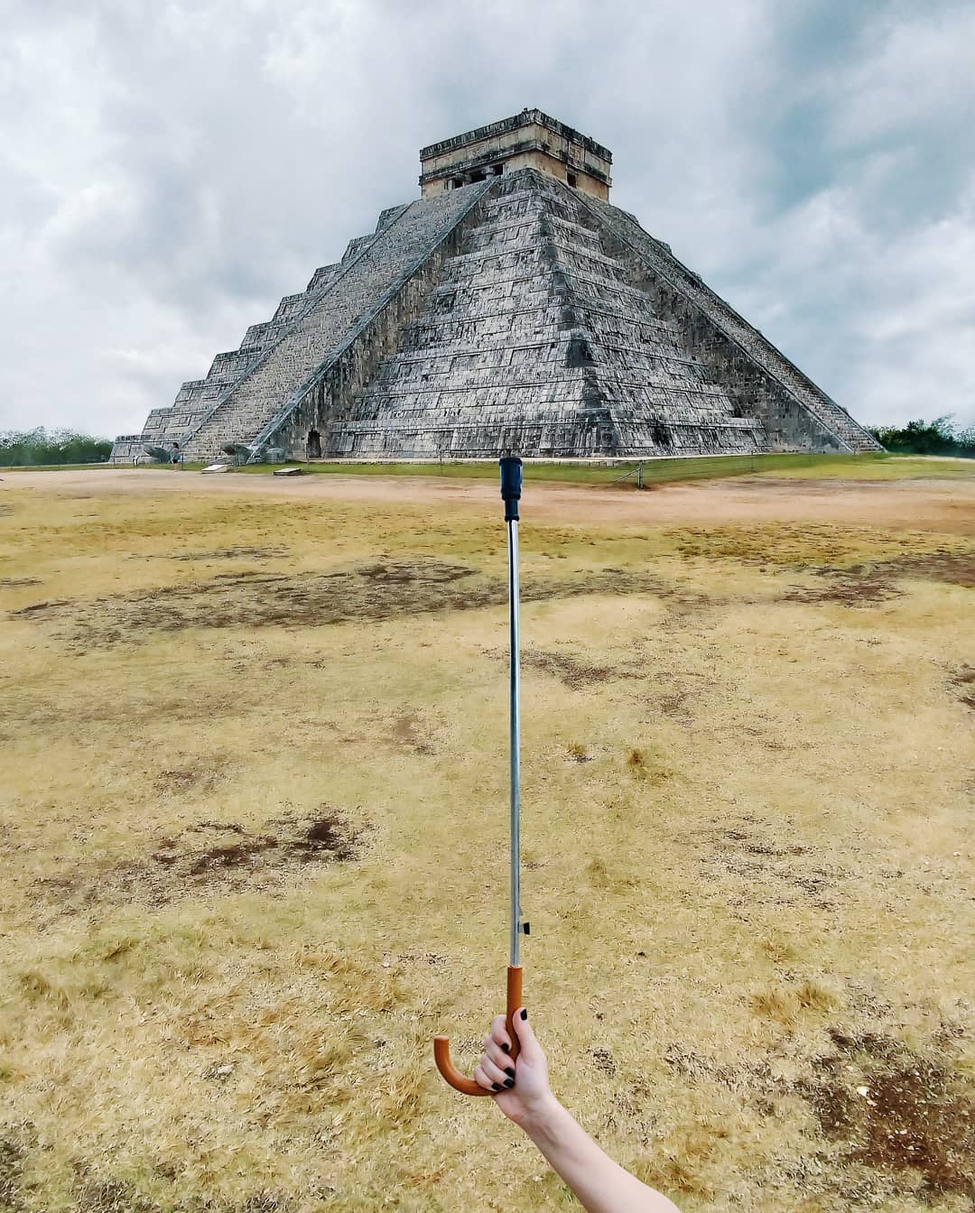 Chichen Itza tọa lạc tại Yucanta, Mexico, có nghĩa là tại miệng giếng của Itza. Đây là công trình lớn nhất của người Maya cổ đại còn lại cho đến nay. Hiện đây là một di sản thế giới thu hút nhiều du khách. Hugo biến kim tự tháp này thành một chiếc ô.