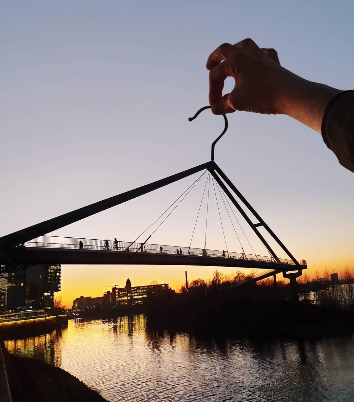Một cây cầu dành cho người đi bộ và đạp xe tại Düsseldorf, Đức được hô biến thành một móc treo quần áo.