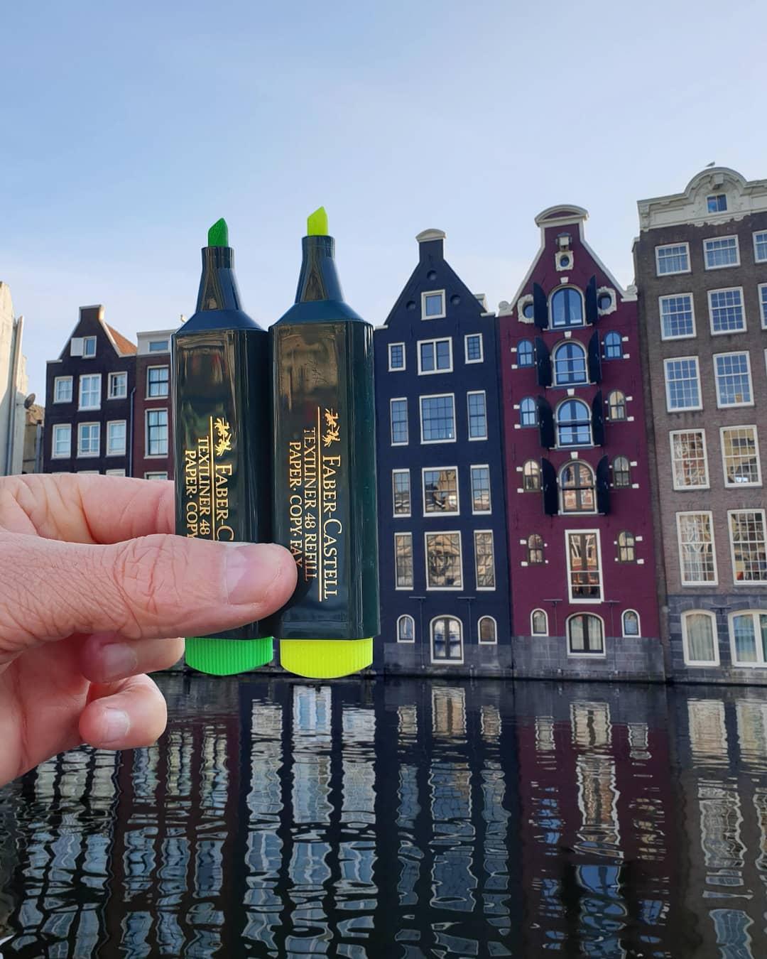 Những toà nhà đầy màu sắc bên kênh đào tại Amsterdam, Hà Lan được Hugo liên tưởng với những cây bút nhớ.