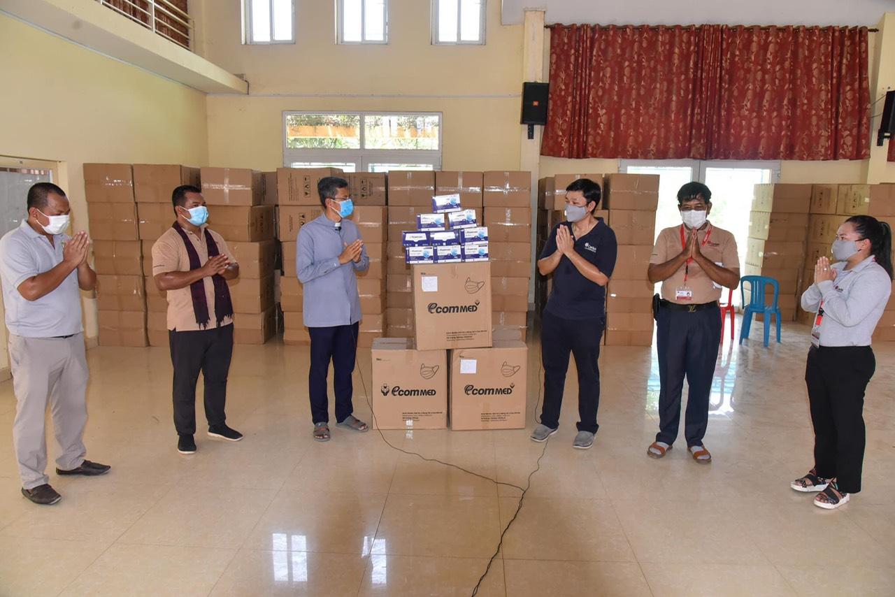 Công ty trao tặng khẩu trang cho Giáo hội Công giáo Campuchia, gần đây nhất là trao tặng cho tỉnh Bắc Giang để phòng, chống dịch. Ảnh: NVCC.