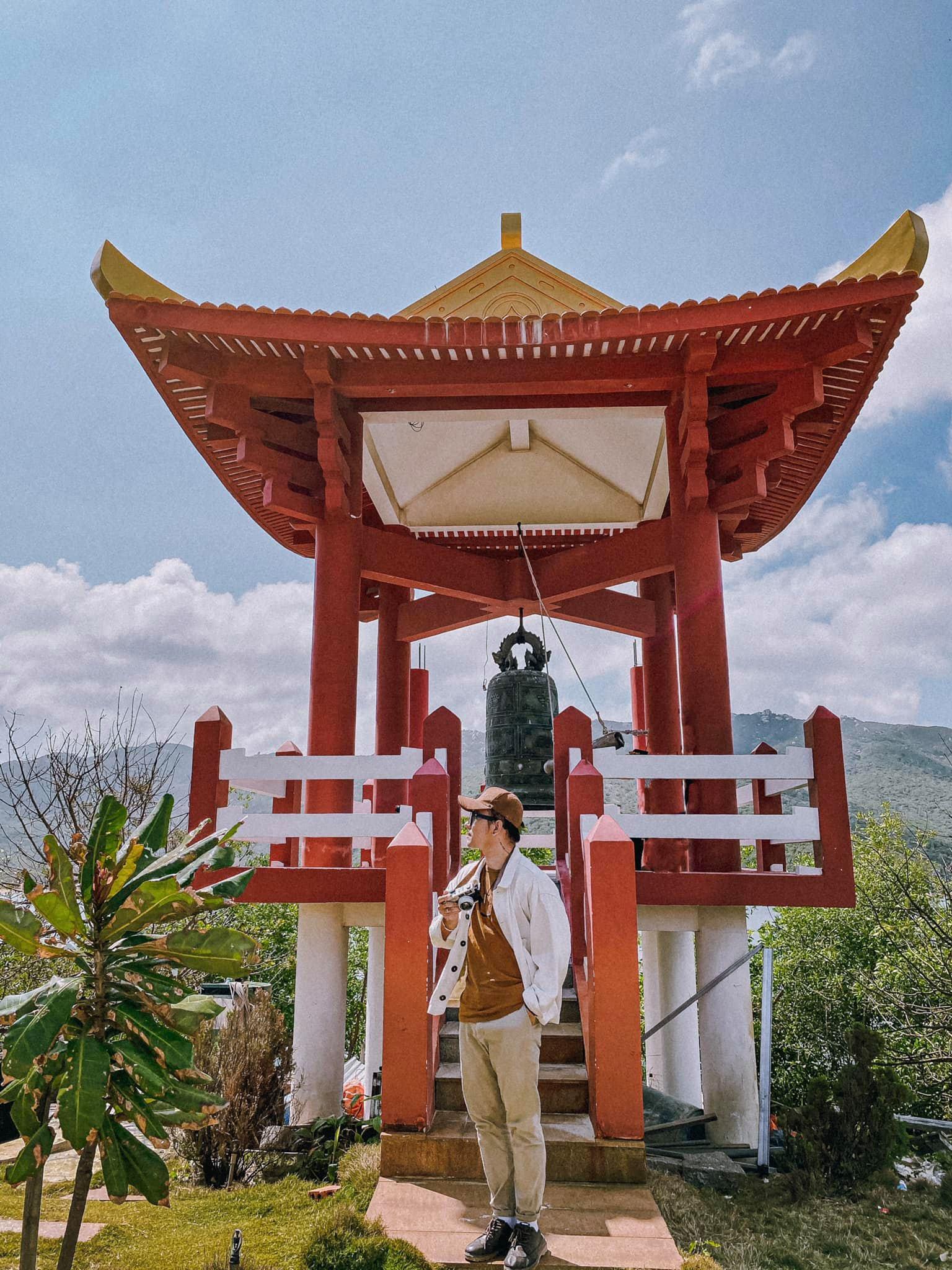 Chùa Thiên Ân ẩn mình trên một ngọn đồi nhô ra vịnh biển mênh mông ở khu vực Mũi Đôi thuộc Đầm Môn, khu kinh tế Bắc Vân Phong, huyện Vạn Ninh, tỉnh Khánh Hòa. Nằm cách TP Nha Trang khoảng 100 km về phía bắc, chùa là điểm đến cho du khách đi lễ cầu an có không gian thanh tịnh, vừa là nơi tận hưởng vẻ đẹp của vùng biển Đầm Môn xanh mát. Ảnh: Cường Quốc Phạm