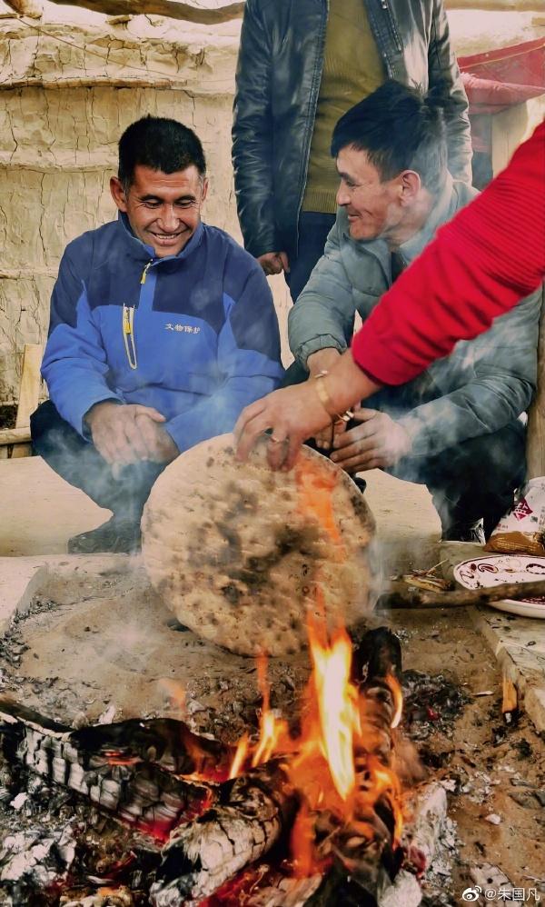 Kumaiqi là món ăn nổi tiếng của Dali Yabuyi, được chế biến theo phong cách cổ xưa mà không cần bất kỳ dụng cụ làm bếp nào. Bánh làm từ thịt dê được vùi trực tiếp trong than củi. Chiếc bánh rất to nên cần khoảng nửa tiếng để nướng, đến khi có mùi thơm là có thể lấy ra khỏi bếp củi. Sau này, được du khách gọi vui là pizza sa mạc. Bánh thịt sa mạc đã trở thành món ăn mà khách du lịch khi đến thăm ngôi làng nhất định phải thử. Người dân mách rằng chỉ cần ăn pizza sa mạc, dù không đắp chăn ấm khi ngủ giữa ốc đảo, bạn cũng sẽ không bị ốm. Ảnh: QQ