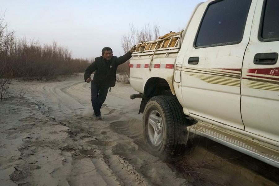 Từ huyện Vu Điền, Tân Cương đến Dali Yabuyi khoảng 200 km, qua các đồi núi cát cao tới 40-50m, đất lầy và những lòng sông đầy đá hiểm trở. Toàn bộ hành trình kéo dài khoảng một ngày, thách thức cả những dòng xe việt dã cao cấp nhất.