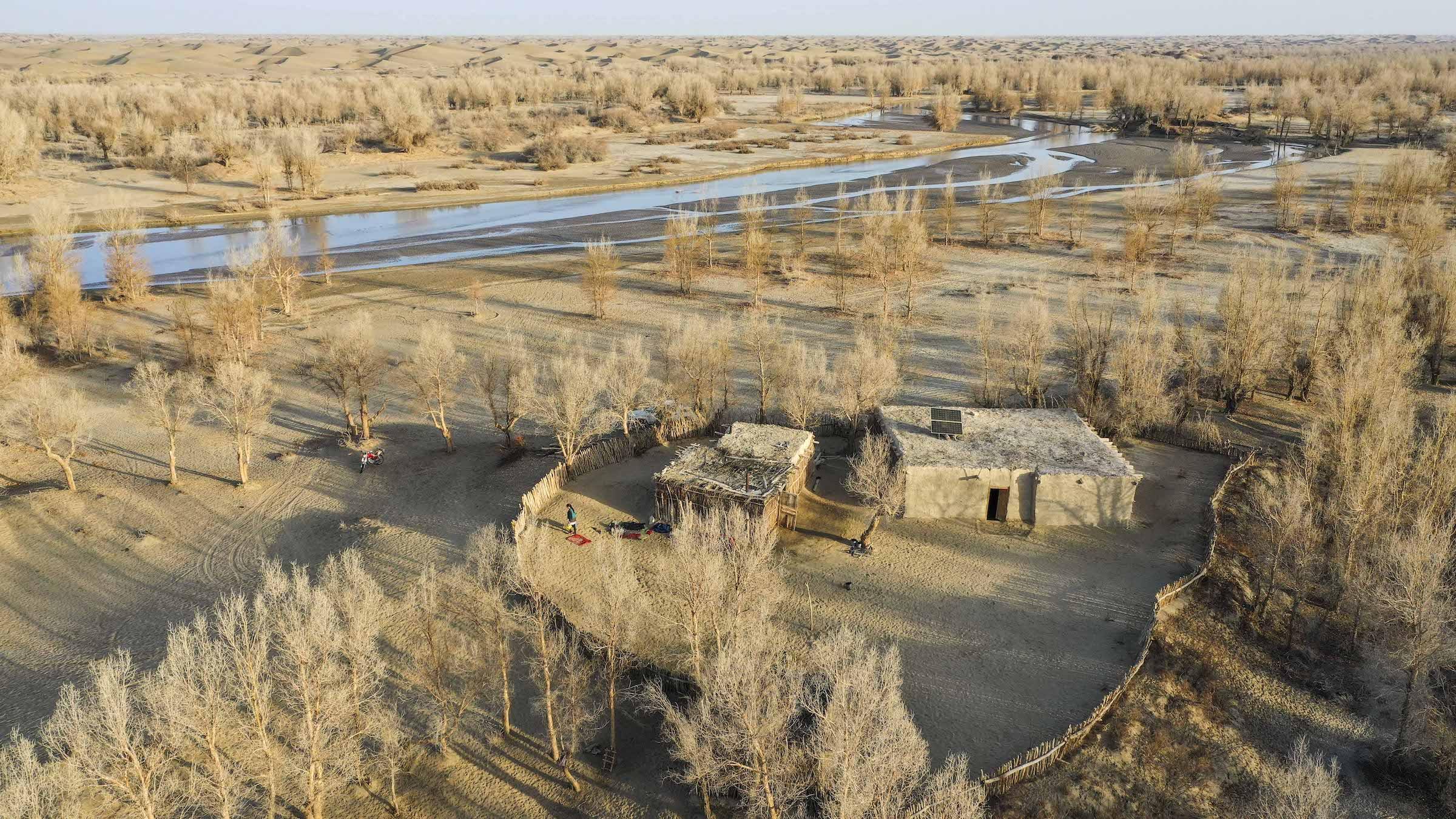Dali Yabuyi nghĩa là ngôi làng bên dòng sông lớn Keriya - con sông chảy từ nam đến bắc xuyên qua những đụn cát bất tận. Tài liệu cổ ghi chép rằng, người đầu tiên khám phá ra ngôi làng là nhà thám hiểm người Thụy Điển Sven Anders Hedin trong một chuyến đi vào thế kỉ 19. Tuy nhiên, ông không công bố phát hiện của mình với thế giới mà chỉ ghi vào cuốn bút ký. Vào những năm 50, 60 của thế kỉ 19, giới chức Trung Quốc tìm lại ngôi làng và đặt tên là Dali Yabuyi. Nhưng theo thời gian, nơi này bị lãng quên do quá xa xôi cách trở.