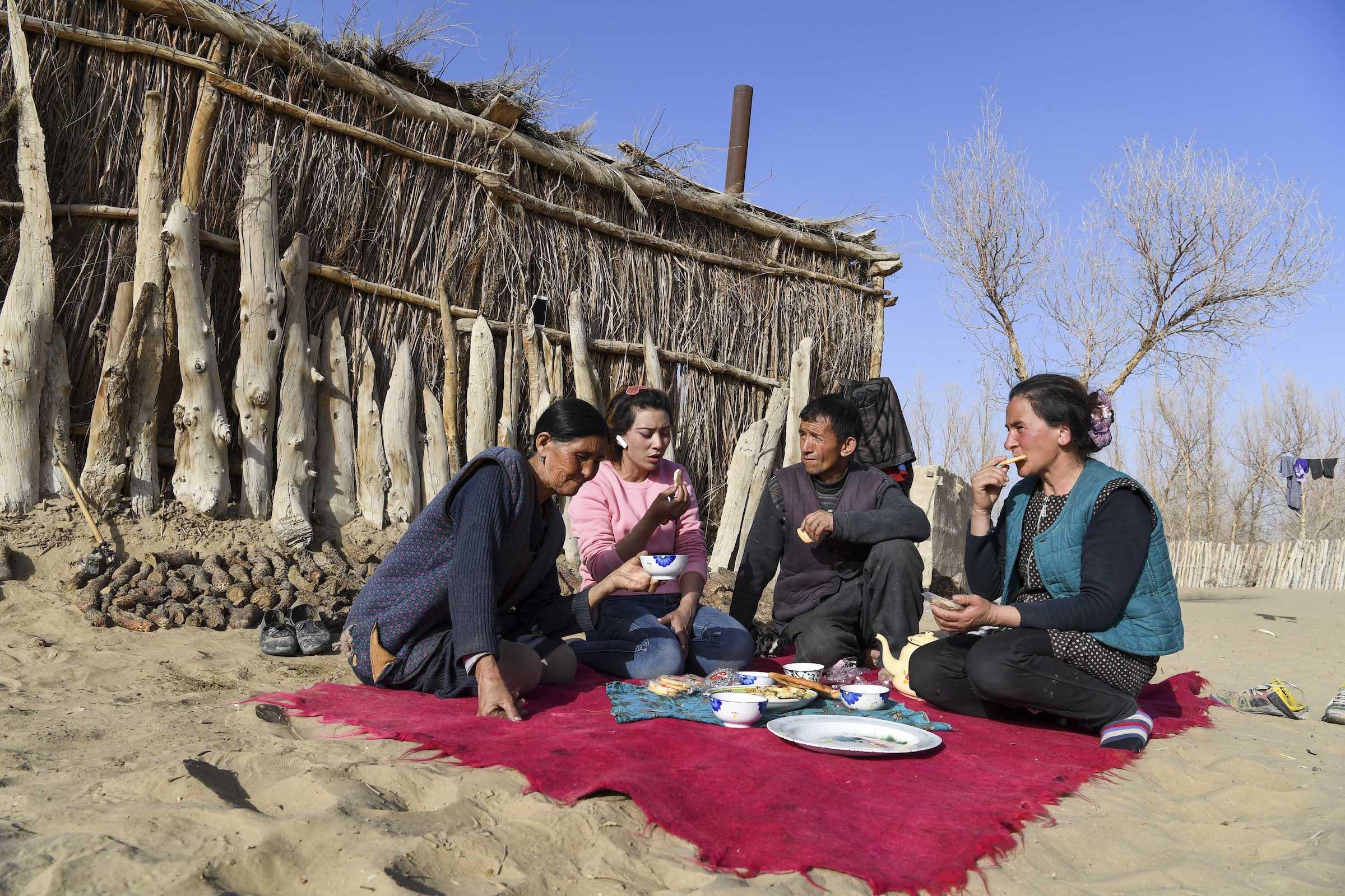 Cô lập với thế giới bên ngoài, nếp sống của người làng hàng trăm năm không thay đổi. Đến năm 2019, dân số trong làng là 1.342 người.