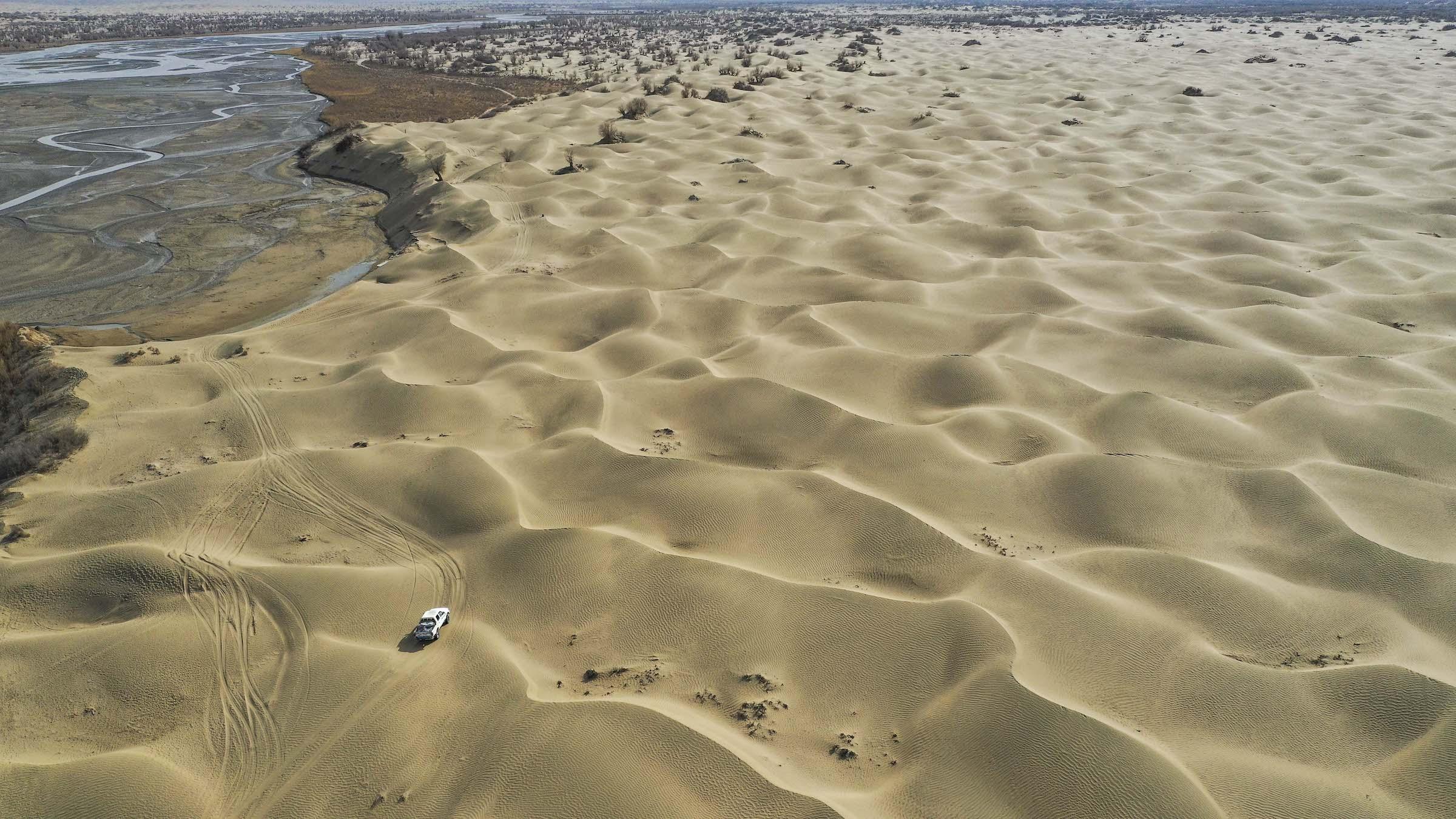 Tân Cương - miền đất Tây Vực trải dài như bất tận, nơi cát vàng cuồn cuộn bay đầy trời - không chỉ được biết đến với ẩm thực ngon, phong ảnh đẹp mà còn thu hút bởi một ngôi làng rộng lớn nhất đất nước tỷ dân. Cách rìa sa mạc Taklimakan hơn 200 km - nơi được mệnh danh là Biển Chết, có một ngôi làng là Dali Yabuyi hay Darya Boyi (Đạt Lí Nhã Bố Y).
