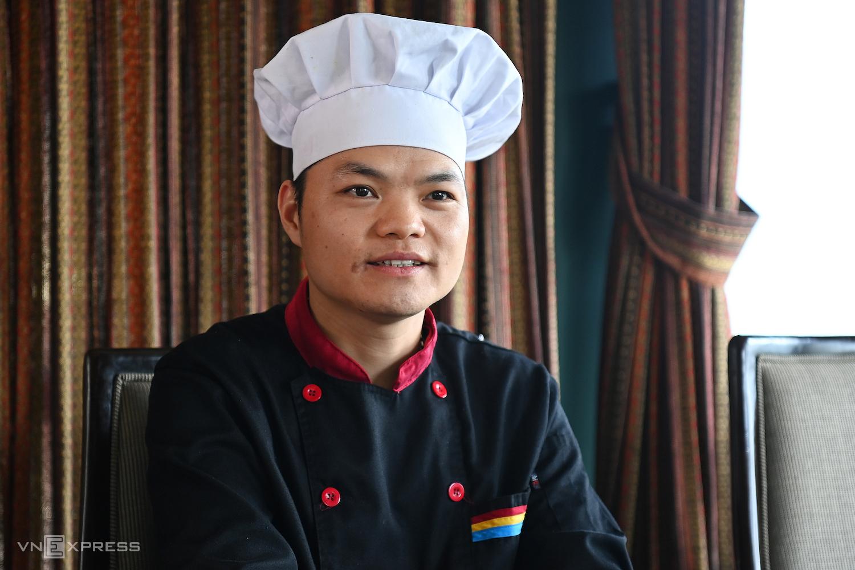 Sử là một trong số ít những người được đề xuất từ tạp vụ lên làm bếp, vì tinh thần ham học hỏi và quyết tâm cao. Ảnh: Giang Huy.