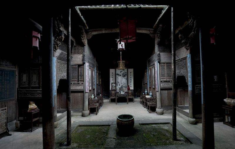 Một nét đặc trưng nữa góp phần tạo nên danh tiếng của Kiến trúc Huy Châu chính là Tứ Thủy Quy Đường với giếng trời. Phòng ốc, giếng nước, sảnh lớn bài trí hợp bố cục dựa theo công dụng, quy mô, địa hình. Đường dẫn vào sân nhà linh hoạt, lấy giếng trời làm trung tâm. Ảnh: Sina