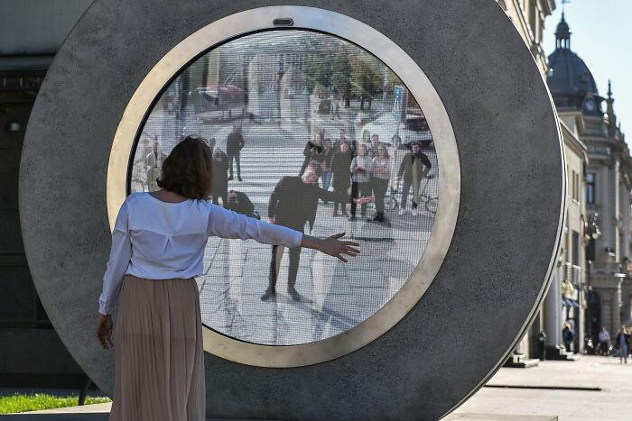 Người dân 2 thành phố giao tiếp với nhau bằng động tác. Ảnh: Wojek Jargito/PAP