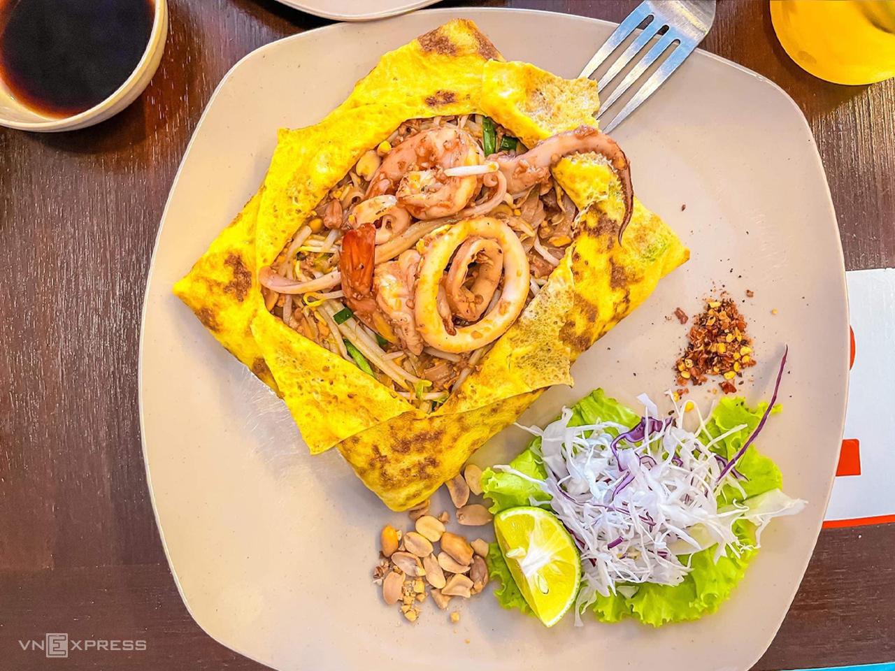 Hủ tiếu xào Thái Lan (Pad Thái) là món ăn nổi tiếng của nền ẩm thực Thái Lan, cách chế biến không quá phức tạp và phù hợp với khẩu vị của nhiều người. Sợi hủ tiếu dùng trong pad Thái gần giống với hủ tiếu mềm của Việt Nam nhưng nhỏ hơn, cọng dẹt, không dai, được xào chung với giá, hẹ, trứng, thịt bằm và nước sốt đặc trưng của người Thái, sau cùng bỏ thêm mực và tôm lên trên. Ảnh: Hải Trần