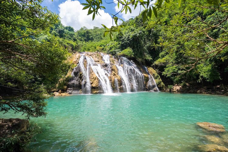 Thác nước số 2 có lòng hồ rộng, thích hợp để du khách bơi lội, nghỉ ngơi.