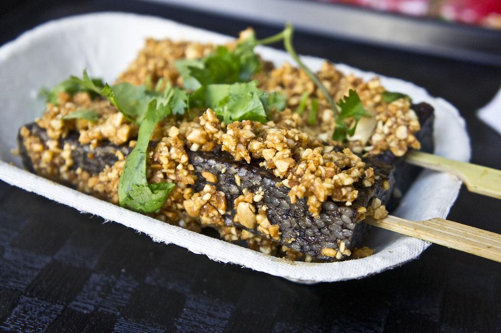 Bánh tiết lợn bọc đậu phộng và ăn kèm rau mùi. Mỗi chiếc bánh tiết lợn có giá 35 Đài tệ (hơn 29.000 đồng). Ảnh: Ruocaled/Flickr