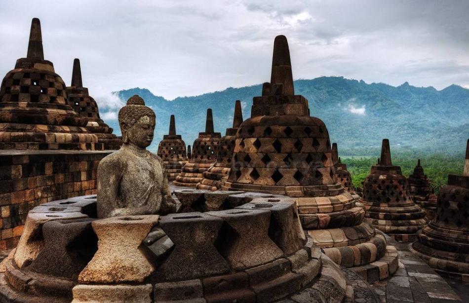 Di tích Phật giáo lớn nhất thế giớiTổ chức Guinness công nhận chùa Borobudur là di tích Phật giáo lớn nhất thế giới. Ngôi chùa được xây dựng vào thế kỷ thứ 9, nằm ở Trung Java. Cấu trúc 60.000 mét khối đá này cao 34,5m. Trong chùa có 1.460 tấm phù điêu treo trên tường, và là bộ sưu tập phù điêu Phật giáo lớn nhất, đầy đủ nhất trái đất. Đền có hơn 500 bức tượng Phật, và là nơi hành hương yêu thích của các tín đồ và du khách thập phương. Năm 1991, chùa được UNESCO công nhận là di sản thế giới. Ảnh: Station remodel