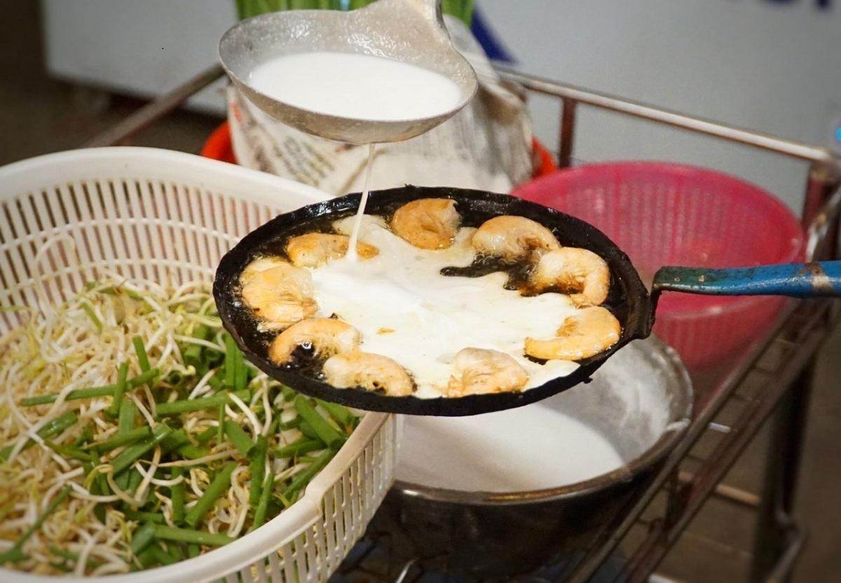 Cách đổ bánh xèo miền Trung. Ảnh: Phạm Linh