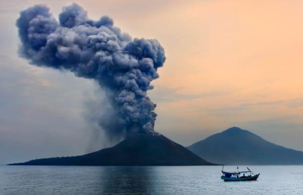 Nơi diễn ra một trong những vụ phun trào lớn nhấtNằm giữa Java và Sumatra là đảo núi lửa nổi tiếng Krakatoa (ảnh). Ngọn núi này phun trào năm 1883, gây ra hai trận sóng thần khổng lồ khiến hơn 36.000 người thiệt mạng, phá hủy 165 ngôi làng ven biển. Tro bụi từ vụ nổ rơi xuống Singapore, cách 840 km về phía bắc; đảo Cocos, cách 1.155 km về phía tây nam; và lên những con tàu cách xa tới 6.076 km về phía tây - tây bắc. Eo biển Sundra chìm trong bóng tối trong khoảng 20 giờ vào ngày hôm sau, sóng cao tới 40 m. Ảnh: History
