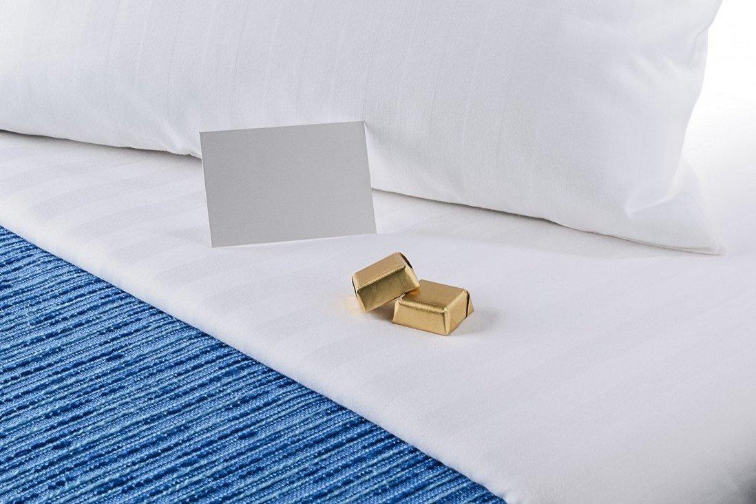 Nhiều du khách cho biết họ cảm thấy hài lòng khi được phục vụ những viên chocolate nhỏ xinh trên gối trong thời gian lưu trú tại khách sạn.  Ảnh: Shutter stock