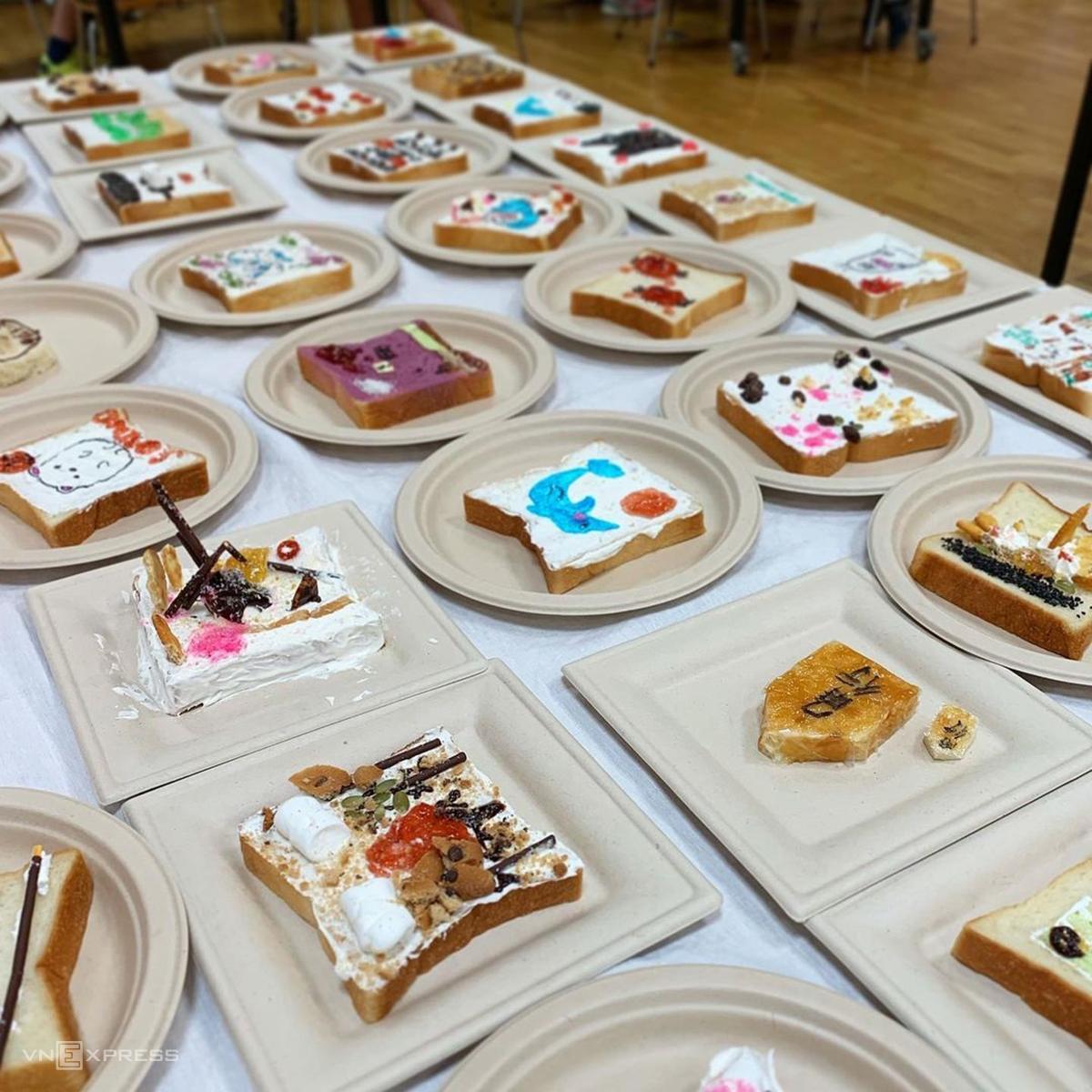 Eiko Mori, hiện đang sinh sống tại thành phố Kobe (Nhật Bản), bắt đầu nảy ra ý tưởng sáng tạo trên những lát bánh mì từ năm 2017. Là một điều phối viên trong lĩnh vực ẩm thực, cô xem việc nấu ăn và sáng tạo như một phần niềm vui trong cuộc sống và thường cùng con gái làm bánh những khi rảnh rỗi.   Các sáng tác trên bánh mì của Mori vô cùng phong phú, từ những họa tiết đơn giản như trái cây, tách cà phê, khuông nhạc... đến những bức tranh nghệ thuật được vẽ trên lớp kem chua.