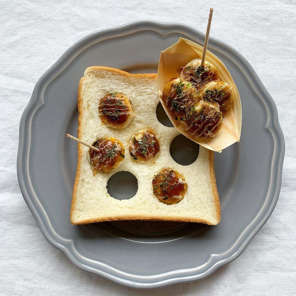 Bánh mì Takoyaki mô phỏng món takoyaki (bánh bạch tuộc nướng) nổi tiếng ở Nhật Bản. Bánh có hình dạng tròn như trái bóng nhỏ, ăn bằng tăm. Qua bàn tay khéo léo, Eiko Mori đã tạo hình những chiếc bánh, nước sốt và dăm cá ngừ khô sống động như thật từ bánh mì.