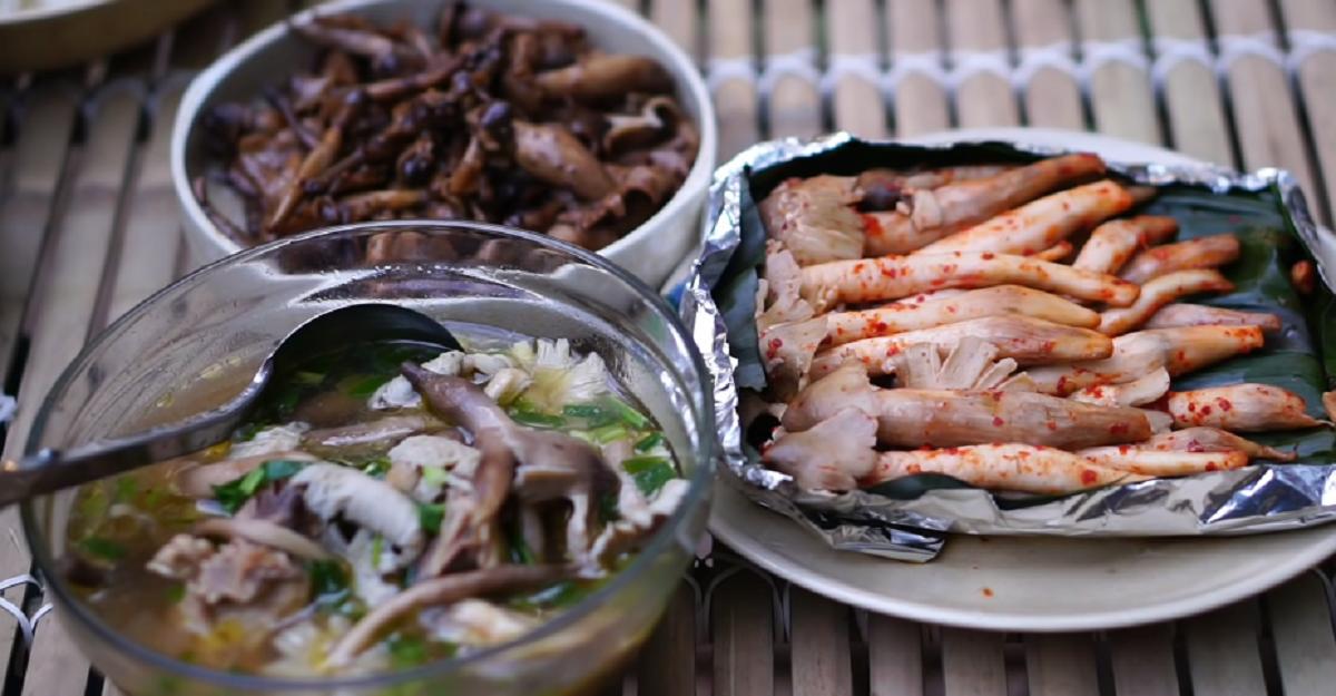Món ăn bình dị, thơm ngon từ nấm mối trong rừng cao su. Ảnh: Ẩm Thực Đồng Hao/YouTube