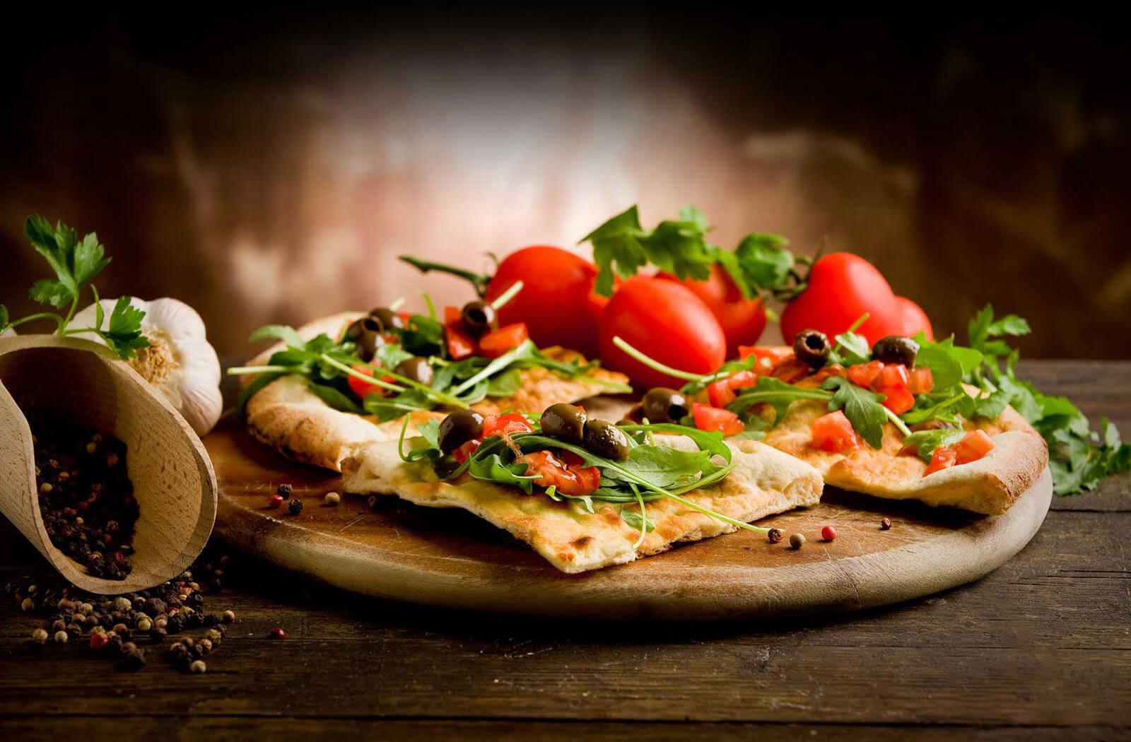 Cà chua cũng là thành phần không thể thiếu để làm nên một chiếc pizza ngon lành. Ảnh: Pizza Pomodoro