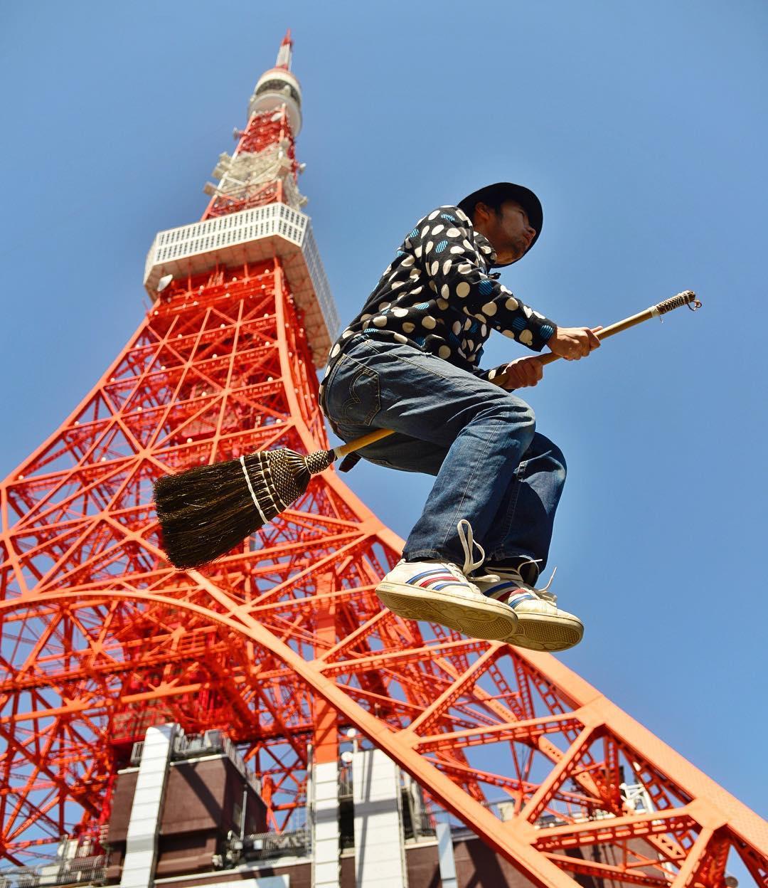 Chàng trai cưỡi chổi bay qua các công trình du lịch nổi tiếng ở Nhật Bản và thế giới. Trong ảnh là Tháp Tokyo. Ngọn tháp lấy cảm hứng từ tháp Eiffel song cao 333 m, hơn Eiffel 9 m. Để thực hiện bộ ảnh, Halno bắt khoảnh khắc khi anh nhảy lên, hai chân kẹp chắc chổi giống như đang bay. Trong ảnh là hàng nghìn cánh cổng tại đền Fushimi Inari-taisha, một điểm du lịch nổi tiếng tại Kyoto, Nhật Bản. Đây từng là bối cảnh cho bộ phim Hồi ức của một geisha.