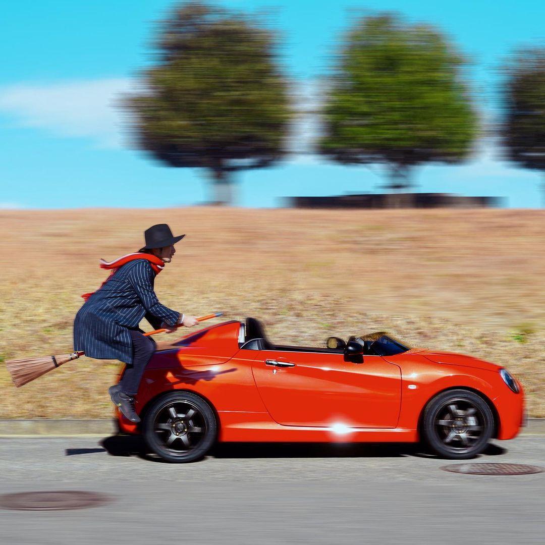 Trong một số bức ảnh, Halno còn thử thách bản thân bằng việc đua tốc độ với ôtô.
