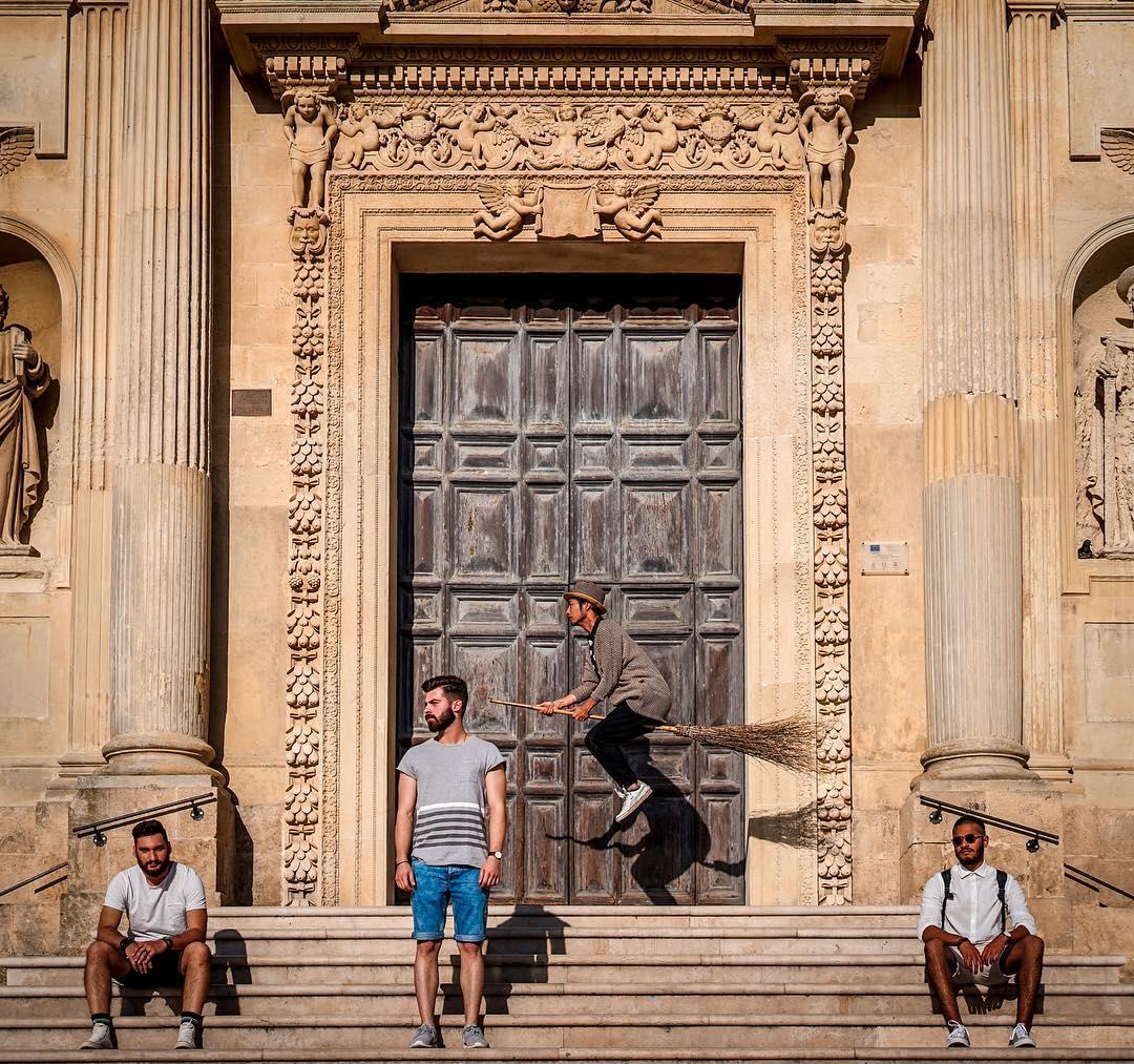 Để khiến mọi thứ trở nên chân thực hơn, không ít nhân vật phụ hoặc người lạ xuất hiện trong các bức ảnh của Halno. Trong ảnh, chàng trai đang du ngoạn tới thành phố Lecce nằm ở miền nam Italy, quyến rũ với các toà nhà baroque xây dựng từ thế kỷ 17.