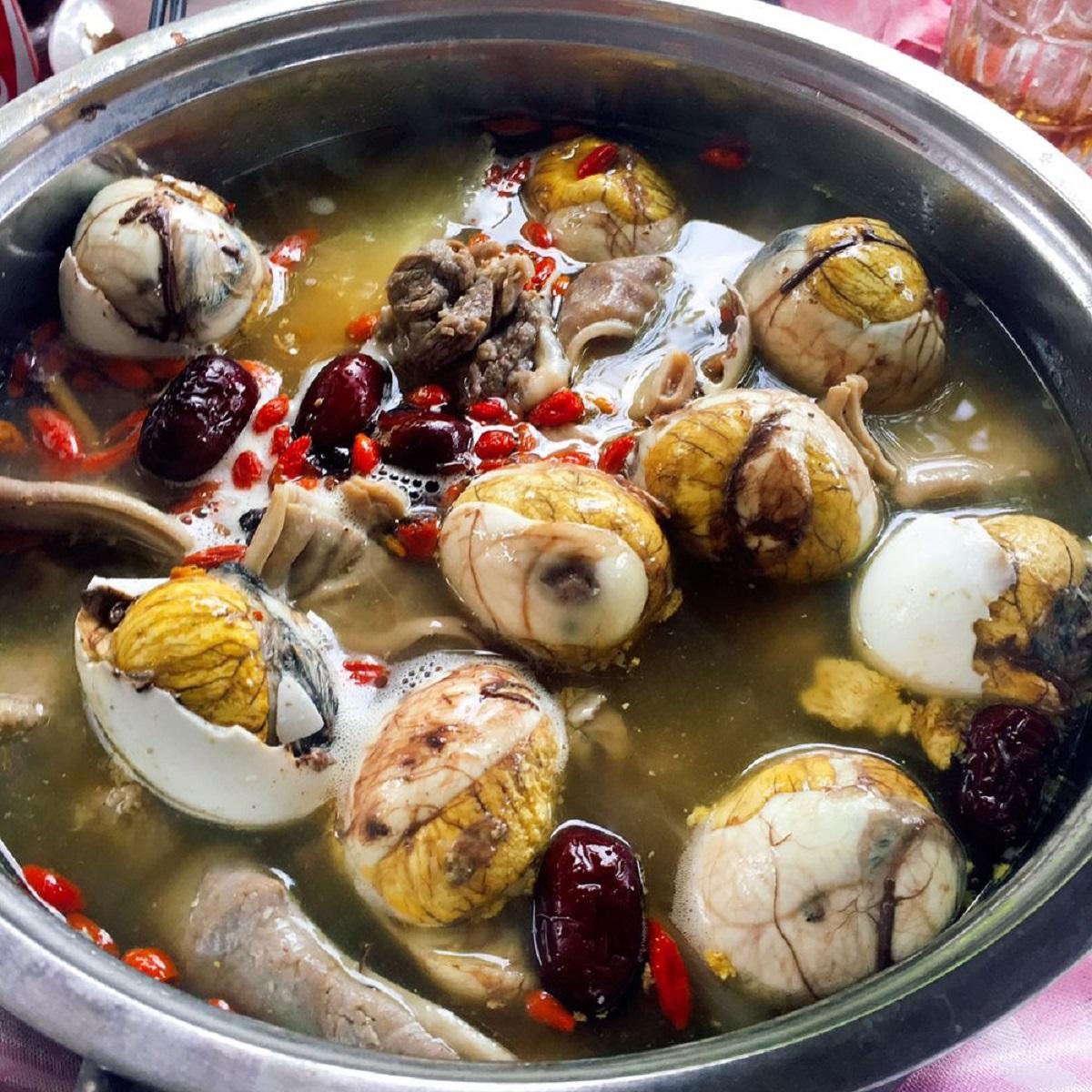Các tỉnh thành miền Tây có đa dạng các món lẩu, trứng vịt lộn cũng được thêm vào như một thành phần chính. Một số người để trứng vịt lộn sống, lắc đều rồi đập vỏ cho vào nồi lẩu, nước dùng thêm thanh ngọt hơn. Tuy nhiên có người sẽ nấu chín trứng, khi ăn chỉ cần đập vỏ cho vào nồi làm nóng là dùng ngay. Một số món lẩu thường ăn cùng hột vịt là lẩu bò, lẩu gà tiềm thuốc Bắc, lẩu riêu cua đồng... Ảnh: @kitaleekt/Instagram