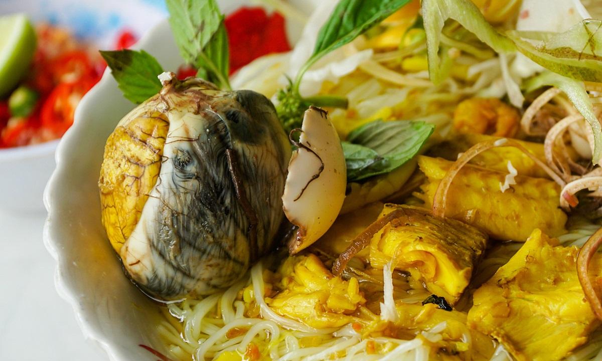 Đến vùng bảy núi An Giang, thực khách dễ thưởng thức tô bún cá có kèm trứng vịt lộn. Phần bún bắt mắt với màu vàng của thịt cá lóc sau khi xào với nghệ, vài cọng quế xanh rì và thêm trứng vịt lộn điểm tô. Dọn ra trước mặt, mùi thơm của bún xộc thẳng lên mũi, món ăn nóng hổi, nước dùng đậm đà khiến thực khách không khỏi suýt xoa. Ảnh: Di Vỹ
