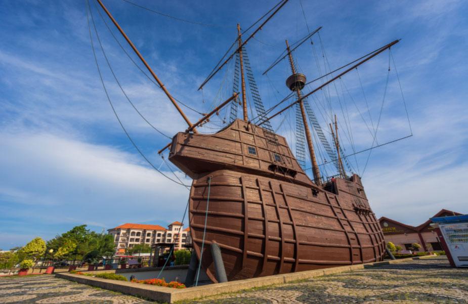 Kho báu chưa khai quật được tin rằng chứa nhiều của cải nhất thế giới là trong một con tàu chìm dưới eo biển Malacca của Malaysia. Đó là tàu Flora de la mar (Hoa của biển cả) của Bồ Đào Nha, bị chìm khi đang trên đường về nhà. Nhiều người tin rằng đây là kho báu lớn nhất mà hải quân Bồ Đào Nha thu thập được và bị chìm vào tháng 12/1511. Ngày nay, du khách có thể ghé thăm bảo tàng hàng hải Melaka ở thành phố Malacca để chiêm ngưỡng con tàu này, vì nơi đây được coi là bản sao của con tàu. Ảnh: Now Travel Asia