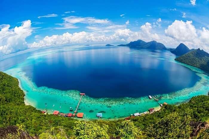 Borneo là đảo lớn nhất châu Á và thứ ba thế giới sau Greenland và New Guinea. Điều thú vị là trên hòn đảo này có lãnh thổ của 3 quốc gia: Malaysia, Brunei và Indonesia. Do đó, đây cũng là hòn đảo duy nhất trên thế giới cùng lúc là một phần của ba đất nước. Ảnh: Travel triangle