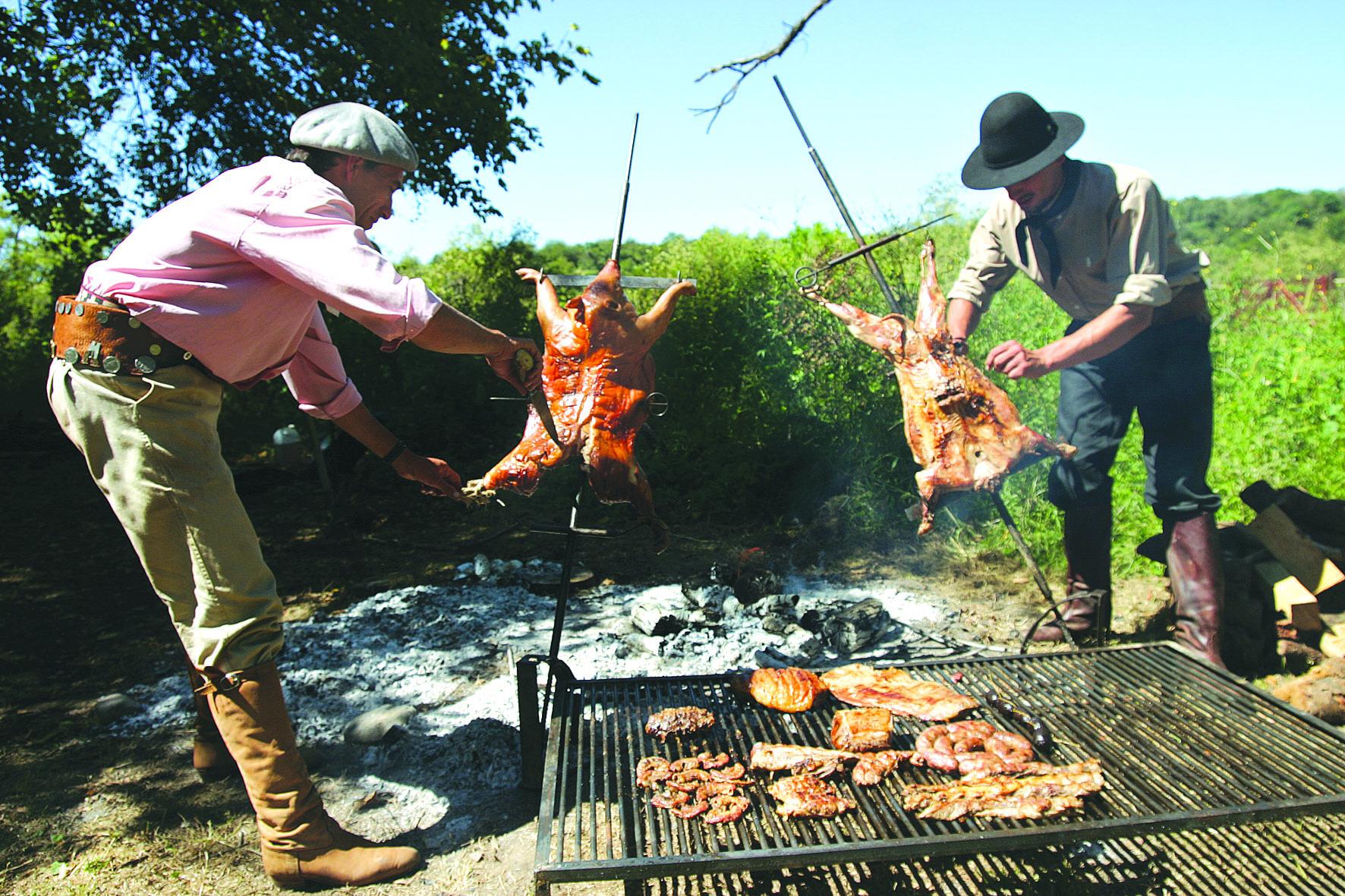 ArgentinaArgentina là thiên đường của những người mê thịt vì thịt nướng là một đặc trưng ẩm thực và nếu chế biến sai cách sẽ khiến bạn thành tội đồ. Các tay chăn bò Gaucho chính là người mang văn hóa BBQ vào đời sống của dân Argentina hồi đầu thế kỷ 15 và nó vẫn còn tới nay khiến thực khách phải tìm kiếm những địa điểm nướng thịt chuyên nghiệp với giá phải chăng. Không cần xuống sâu phía nam nước này để thưởng thức thịt nướng ngon, ngay thủ đô Buenos Aires bạn đã bắt gặp các nhà hàng nướng ở khắp ngõ ngách.Asado là cách gọi món nướng truyền thống này của dân Argentina, dùng thịt bò, lợn, cừu, xúc xích... nướng trực tiếp trên than và lửa lớn, dù không quá cầu kỳ nhưng đem lại hương vị tuyệt hảo nhờ tẩm ướp gia vị kỹ càng, không dùng xiên. Theo Michelle Tchea, một cây viết ẩm thực của trang Fodors, cô gợi ý Don Juliois và đặc biệt là Canta el Gallo - địa chỉ ăn Asado ngon mà giá dễ chịu, còn La Cabrera thường đông khách nên phải chờ đợi tới lượt. Ảnh: Argentinaactiva