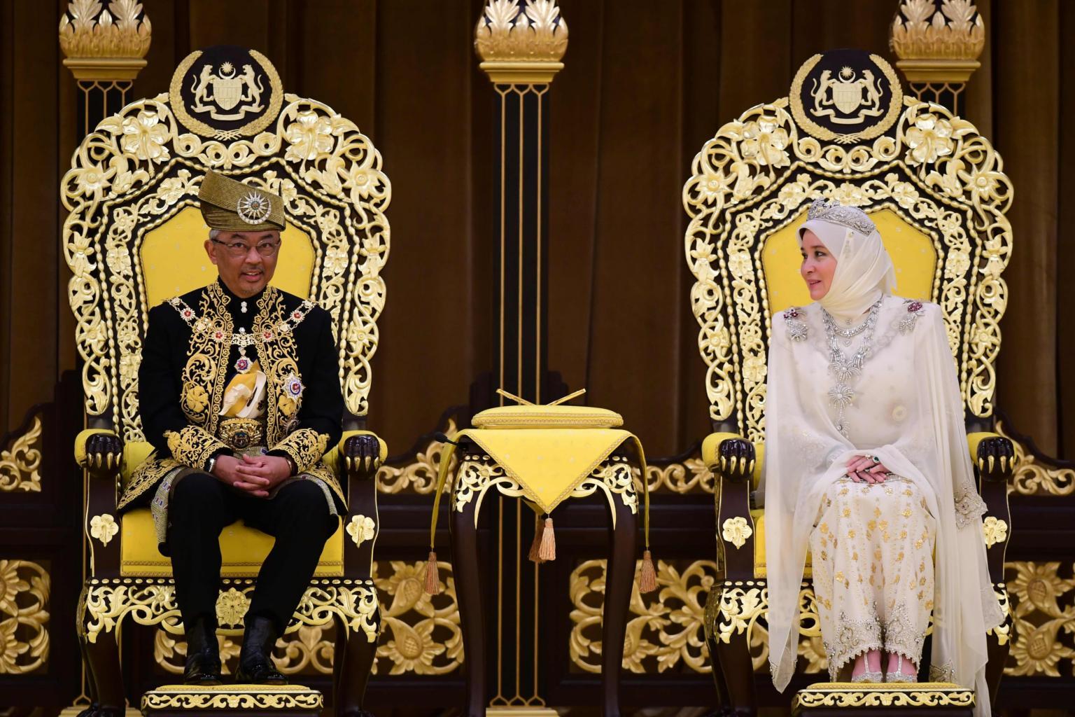 Malaysia được nhiều người đánh giá là có nền quân chủ lập hiến độc đáo. Lý do là nơi đây có 13 bang và trong đó có 9 bang do các gia tộc hoàng gia Mã Lai cai trị . Người đứng đầu mỗi bang này được gọi là sultan. Quốc vương Malaysia được bầu chọn từ 9 người cai trị này, và có nhiệm kỳ 5 năm. Ảnh: Strait Times