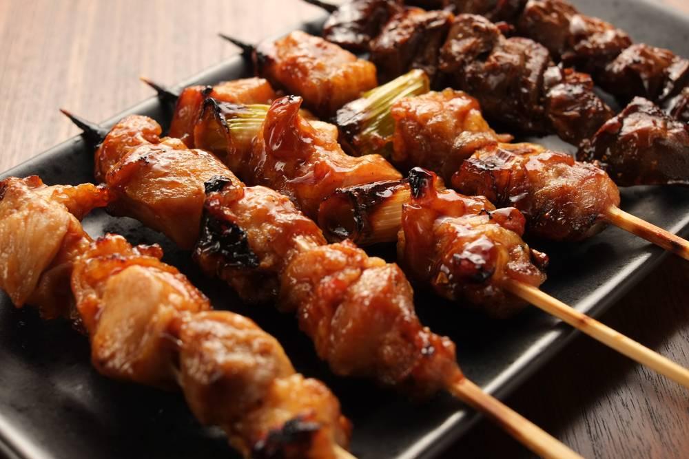 Nhật BảnHầu hết các món ăn Nhật đều có sự tinh tế, kỳ công và phức tạp, kể cả với món ăn phổ biến nhất là mì ăn liền. Vì thế chắc hẳn món nướng cũng không phải ngoại lệ khi được nâng tầm thành một thức hảo hạng. Món nướng nổi tiếng và nhiều người ưa thích nhất ở Nhật là Yakitori, một kiểu nướng bằng xiên que tre, nguyên liệu chủ yếu là các phần của gà (thịt, lòng, mề, tim...). Ngoài gà, yakitori cũng có thể làm từ thịt bò, thịt ba chỉ heo xen kẽ với các loại rau củ tùy mùa như hành, ngô bao tử, măng...  Thực khách nếu có dịp tới Nhật xem kỳ Olympics sắp tới, đừng bỏ qua những xiên thịt hấp dẫn kèm một ly bia tươi trong các quán ăn ở Shinjuku (Tokyo) hoặc ghé quán Yakitori 100 năm tuổi nằm cách ga Tokyo chỉ 5 phút đi bộ. Ảnh: Living+Nomads