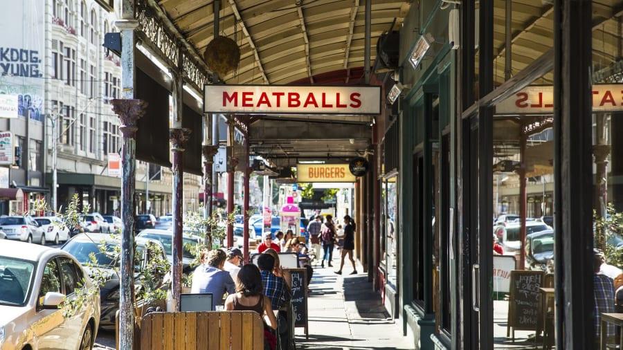 Vì dịch bệnh, mọi người đều không đi quá xa con phố nơi mình sinh sống trong 15 tháng qua. Nhưng Time Out đã sẵn sàng để gợi ý cho bạn về những điểm đến nên ghé thăm sau khi đại dịch kết thúc bằng cách công bố 10 con phố thú vị nhất thế giới 2021. Đứng đầu danh sách là phố Smith (ảnh) ở Melbourne, Australia - một điểm đến ầm uất nổi tiếng với các cửa hàng, quán bar thân thiện với giới LGBT. Ảnh: Josie Withers/CNN
