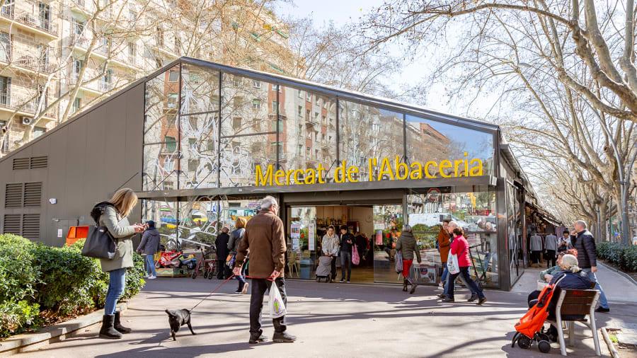Kết quả này dựa trên bình chọn của gần 27.000 cư dân đến từ khắp hành tinh. Phần còn lại của kết quả dựa trên đánh giá của các biên tập viên du lịch và các yếu tố khác như cuộc sông về đêm, ẩm thực, dịch vụ ăn uống... Đứng thứ hai là Passeig de Sant Joan của Barcelona, Tây Ban Nha. Dù nơi đây không thể nổi tiếng như con phố Las Ramblas (cũng ở Barcelona) nhưng nơi này được coi như một trong những hành lang xanh đầu tiên của thành phố. Nó có làn đường danh cho xe đạp, vỉa hè rộng, cây cối xinh đẹp và nhiều chỗ ngồi ngoài trời. Ảnh: Shutterstock