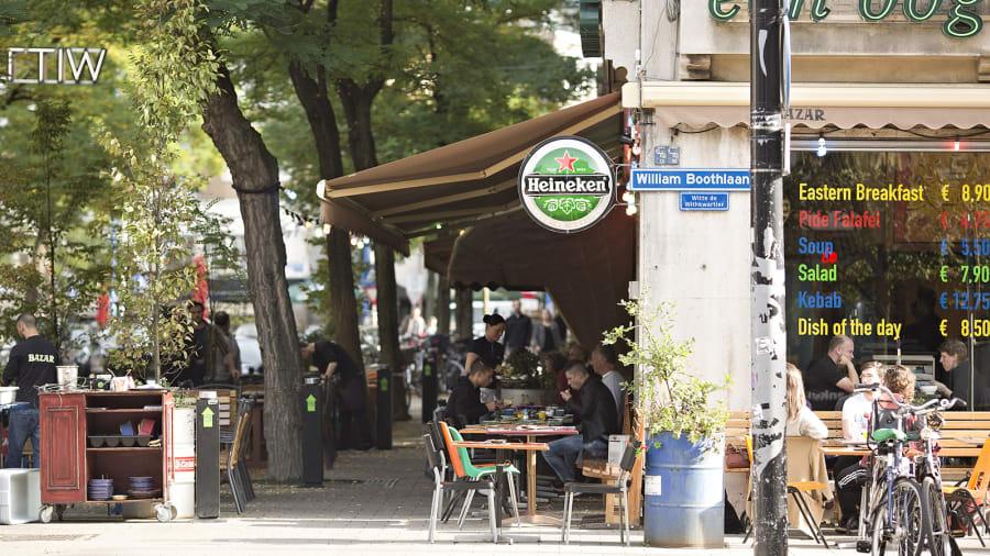 Đứng thứ 6 trong danh sách là  phố Witte de Withstraat nằm ở Rotterdam, Hà Lan. Nơi đây được Time Out ví như một bữa tiệc lớn vì khu vực đỗ xe ô tô được thay thế bằng khu ngồi ngoài trời của các nhà hàng, do cần giãn cách xã hội trong đại dịch. Ảnh: Shutterstock