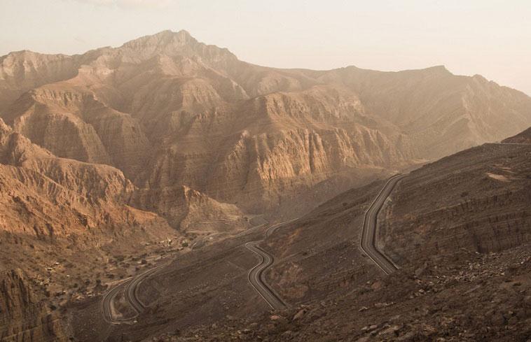 UAE không có sông vĩnh cửu, nhưng có các Wadi. Đây là một thuật ngữ trong tiếng Arab, dùng để chỉ các thung lũng. Trong một số trường hợp, từ này đề cập đến các đáy sông bị cạn trong mùa khô và có nước sau mỗi cơn mưa, hoặc là những dòng suối có nước chảy không thường xuyên. Ảnh: Simon Dohage/Flickr