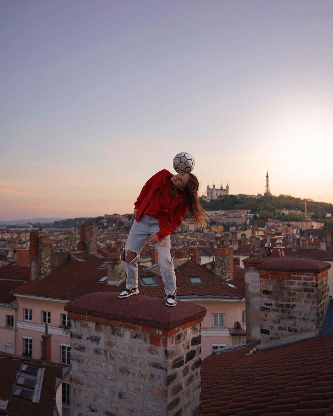 Yoanna Dallier trình diễn chơi bóng nghệ thuật trên một mái nhà tại Lyon, Pháp. Ảnh: @yoannafreestyle/Instagram