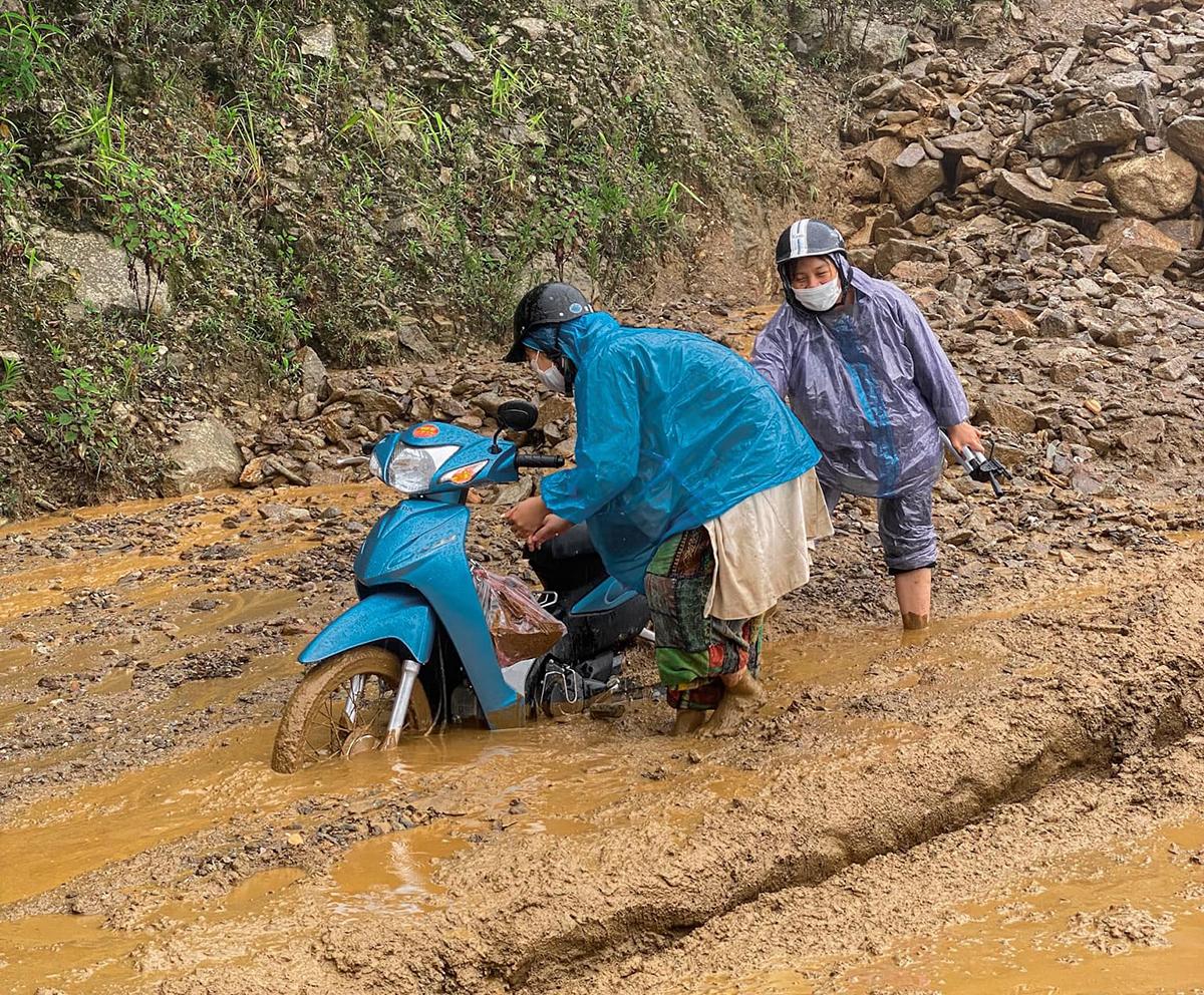 Hành trình chinh phục Tà Xùa gặp khá nhiều khó khăn do trời mưa. Bùn lầy ngập lên nửa bánh xe khiến cả nhóm Khôi phải xuống xe dẫn bộ. Ảnh: NVCC