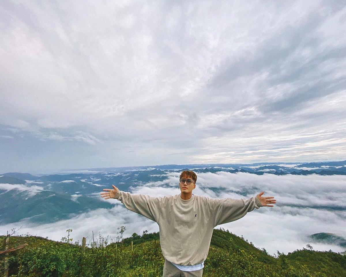 Từ trên cao, Tiến Khôi cảm nhận không khí mát lạnh của vùng núi và cả biển mây cuồn cuộn như được thu vào tầm mắt. Ảnh: NVCC