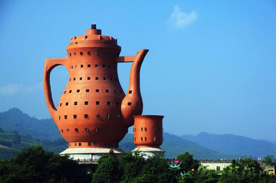 Huyện Mi Đàm, tỉnh Quý Châu được xem là quê hương trà xanh của Trung Quốc. Năm 2010, Bảo tàng Trà được xây dựng tại đây, ngay lập tức được ghi vào sách kỷ lục Guinness với tư cách là công trình có hình dạng ấm trà lớn nhất. Chiều cao của tòa nhà là 73,8 m, đường kính 24 m, và diện tích bên trong khoảng hơn 5000 m2. Dưới chân ấm trà là một khách sạn bốn sao. Ảnh: @LiveInGuizhou/Twitter