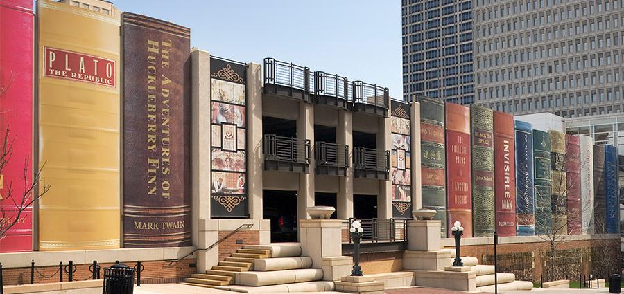 Thư viện Công cộng tại Kansas, Mỹ trông giống một giá sách khổng lồ. Năm 1999, thư viện được cấp một toà nhà mới ở trung tâm Kansas, trước đây thuộc sở hữu của Ngân hàng Quốc gia. Việc xây dựng lại thư viện được hoàn thành vào năm 2004 với phần mặt tiền biến thành một giá sách khổng lồ gồm 20 gáy sách. Bộ sưu tập bao gồm những tượng đài văn học thế giới như Romeo và Juliet của Shakespeare, Chúa tể những chiếc nhẫn của Tolkien. Chiều cao của mỗi cuốn sách đạt 7 m, chiều rộng khoảng 2 m. Ảnh: The Kansas City Public Library