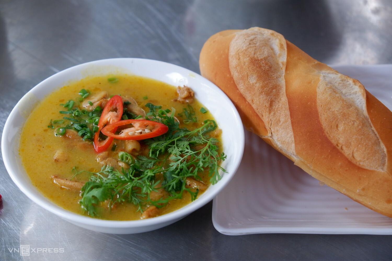 Người Sài Gòn cũng thưởng thức bánh mì với cà ri gà hay phá lấu, được nấu từ thịt bò và nội tạng như gan, lá lách, dạ dày biến tấu từ món ăn gốc hoa. Ảnh: Lan Hương.