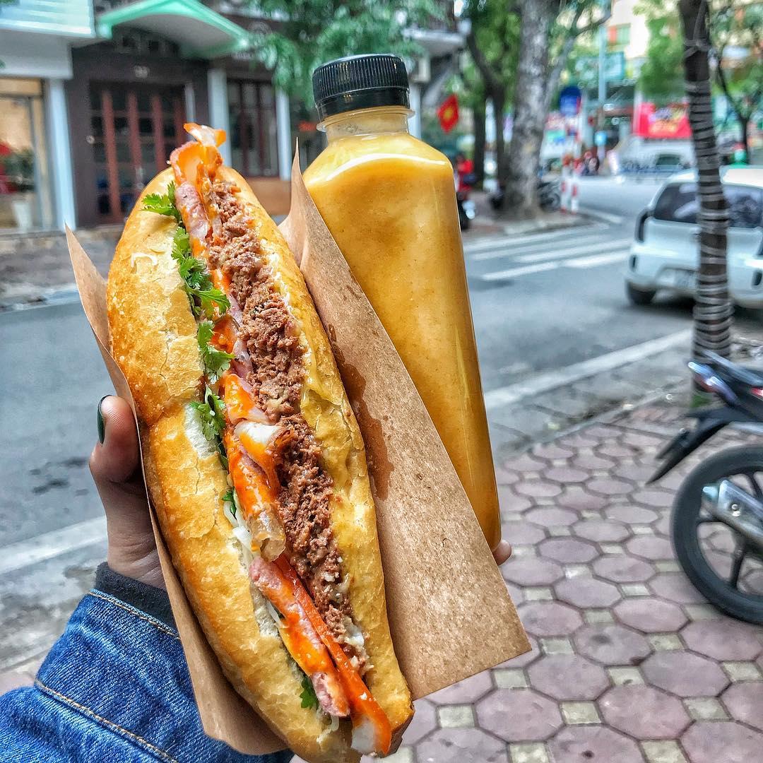 Ở Hà Nội, bánh mì là món ăn sáng phổ biến, hoặc là món ăn trưa khi muốn đổi vị. Bánh mì trước kia thường có nhân pate, giò lụa, ruốc, trứng rán, rau mùi và tương ớt. Ngày nay bánh mì có thêm nhiều loại nhân ăn kèm như thịt nướng, giăm bông, xá xíu... Đặc trưng dễ thấy của bánh mì Hà Nội là không quá dày, vỏ bánh giòn rụm. Ảnh: Banhmibacan/Instagram.