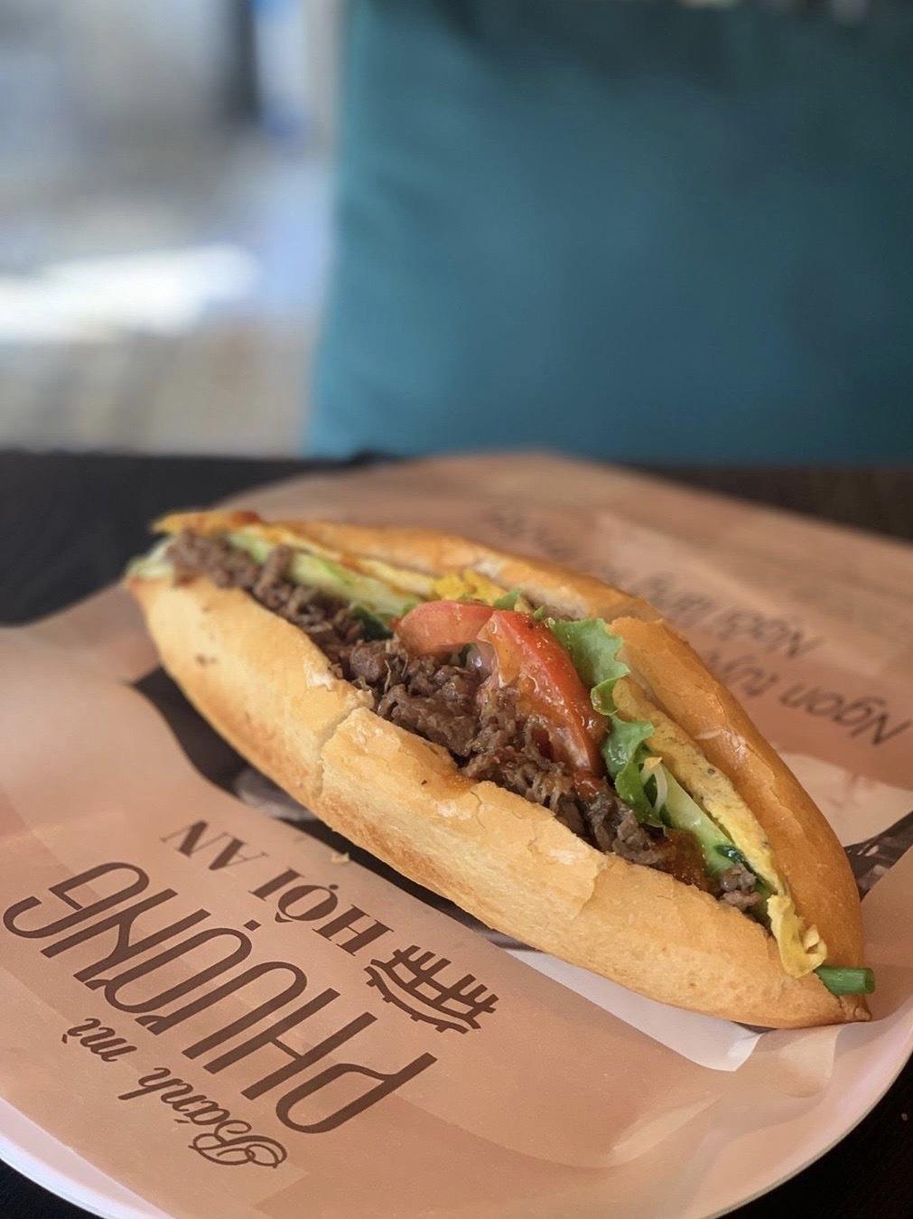 Bánh mì Phượng Hội An từng được cố đầu bếp người Mỹ nổi tiếng, Anthony Bourdain khen ngợi là sandwich ngon nhất thế giới. Bánh mì có đa dạng nhân như thịt nướng, giò chả, pate, gà với bơ, thịt bò cuộn pho mát, thịt xông khói, thập cẩm... Đặc biệt không thể thiếu nước sốt mặn ngọt ngập mềm lõi bánh. Ảnh: Etoffekim.